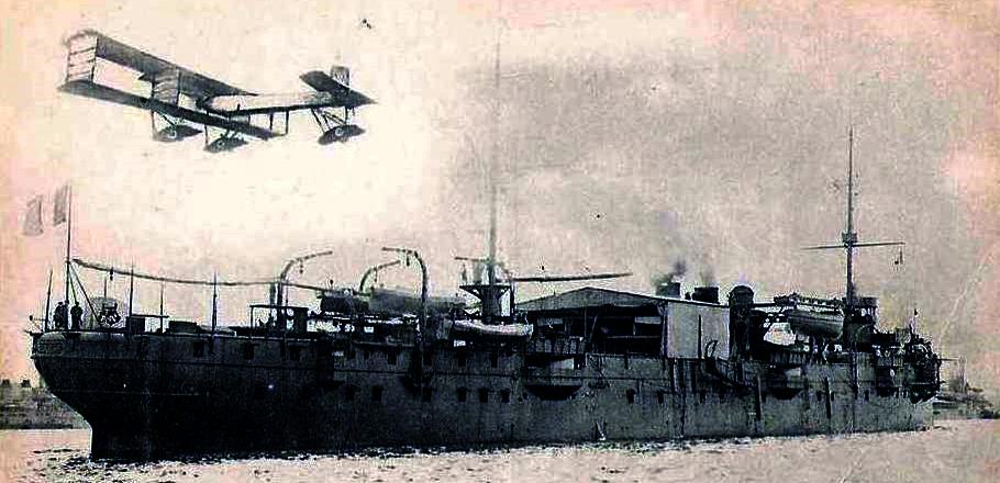 « La Foudre » est un croiseur construit à Bordeaux et mis en service en 1897. Long de 118 mètres son équipage se compose de 22 officiers et 409 hommes. Son usage est plusieurs fois remis en cause entre torpilleur et porte sous-marins. Enfin en 1911 il est aménagé en transport d'aviation. Sur le pont on installe un hangar et une grue. En 1914, une plate forme est installée à l'avant permettant le décollage d'un avion. Le porte-avions et l'aéronavale viennent de naître. « La Foudre » sera démolie en 1922.